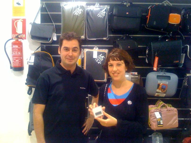 Anastasia recibiendo su nuevo iPod en la tienda Rossellimac